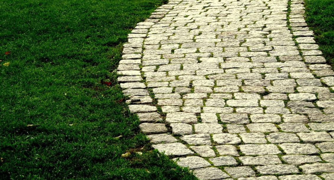 chodník z kamene