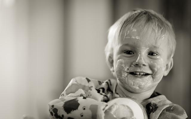 dítě a jogurt