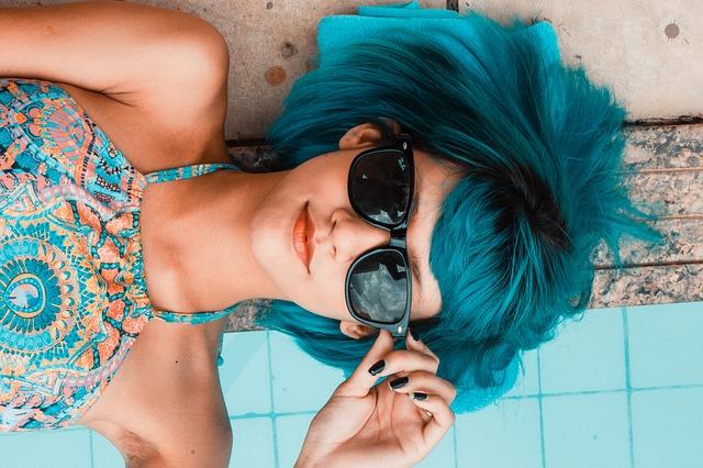 modrovlasá holka